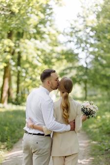 Portret atrakcyjnej młodej pary zakochanej w plenerze