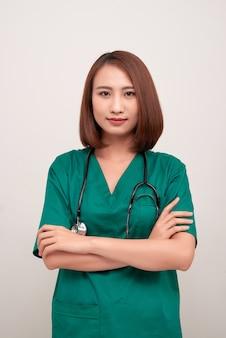 Portret atrakcyjnej młodej pielęgniarki ze stetoskopem