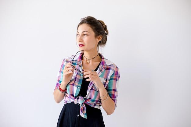 Portret atrakcyjnej opalonej kobiety