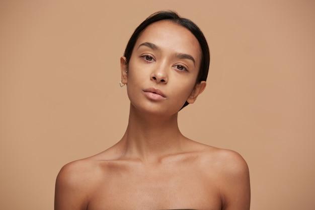 Portret atrakcyjnej uroczej dziewczyny kaukaski