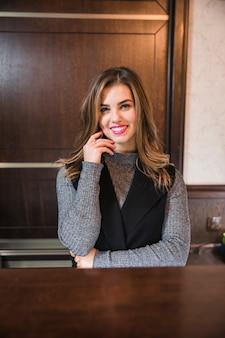 Portret atrakcyjny bizneswoman przy recepcyjnym biurkiem