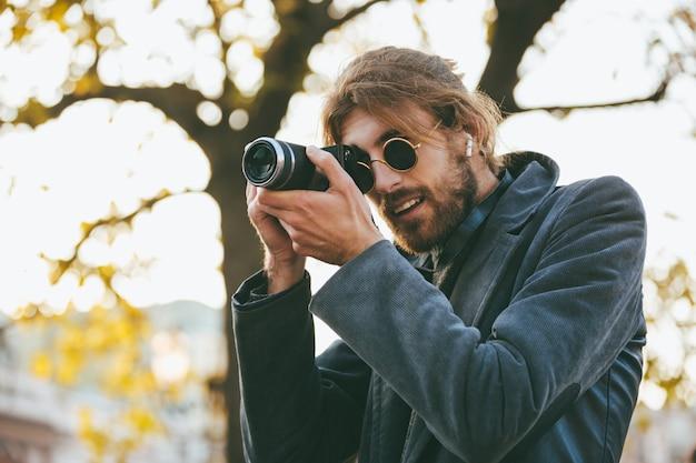 Portret atrakcyjny brodaty mężczyzna jest ubranym okulary przeciwsłonecznych