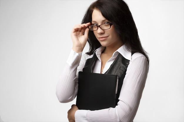 Portret atrakcyjny brunetka bizneswoman w szkłach