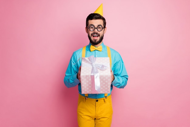 Portret atrakcyjny facet funky, trzymając w rękach pudełko
