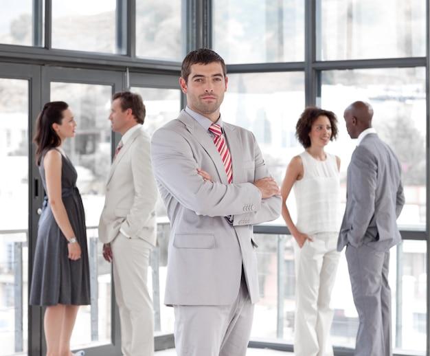 Portret atrakcyjny menedżer mężczyzna prowadzi swój zespół