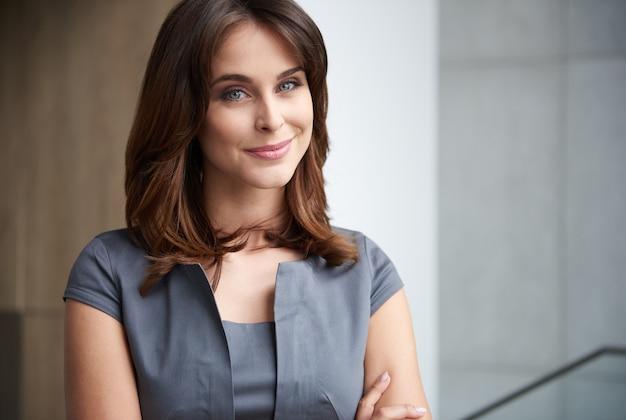 Portret atrakcyjny młody bizneswoman
