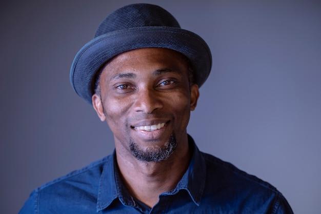Portret atrakcyjny młody singiel o cechach etnicznych. amerykanina afrykańskiego pochodzenia mężczyzna z szczęśliwym rozochoconym wyrażeniem.