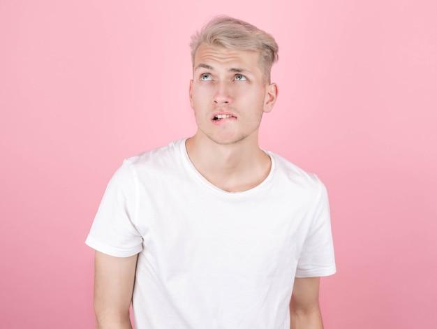 Portret atrakcyjny szczęśliwy młody człowiek marzy o czymś
