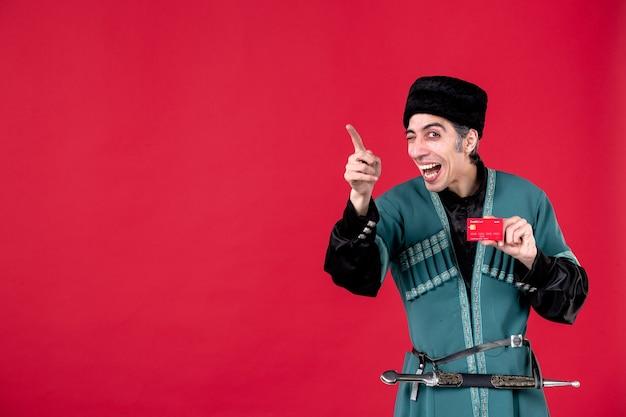 Portret azerskiego mężczyzny w tradycyjnym stroju trzyma studio karty kredytowej strzał czerwone wiosenne pieniądze etniczne novruz zdjęcie