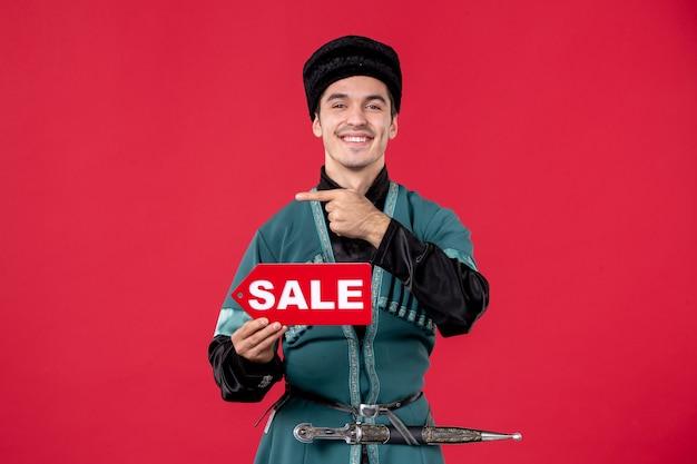 Portret azerskiego mężczyzny w tradycyjnym stroju trzymającego tabliczkę znamionową redspring tancerz zakupy novruz