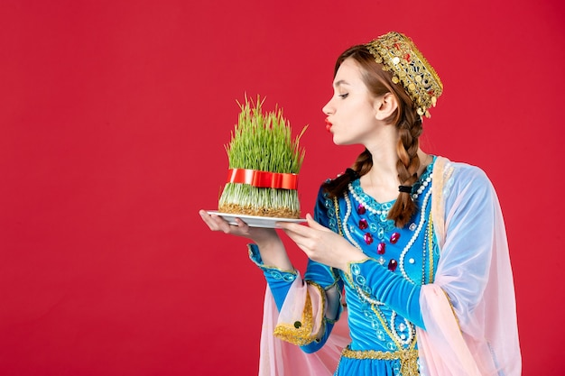 Portret azerskiej kobiety w tradycyjnym stroju z nasieniem na czerwono