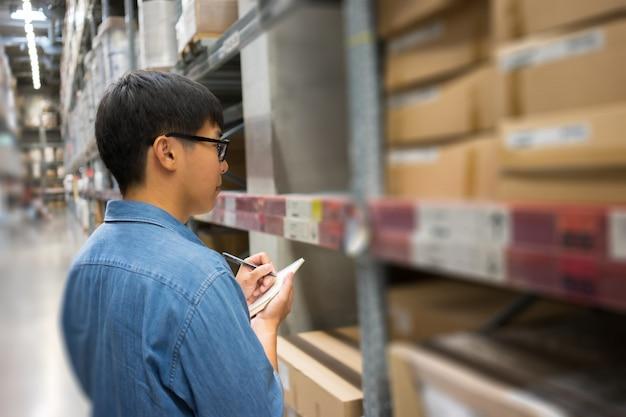 Portret azjaci, pracownicy, liczący produkty kierownik kontroli magazynu
