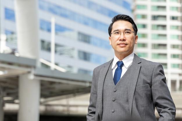 Portret azjatycki biznes człowiek dzielnica biznesowa, koncepcja stylu życia ludzi biznesu