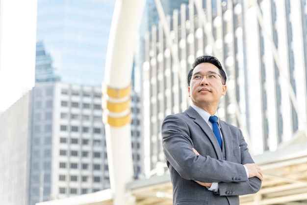 Portret azjatycki biznes człowiek dzielnica biznesowa, starszy lider wizjonerskiej kadry kierowniczej z wizją biznesową - koncepcja stylu życia ludzi biznesu