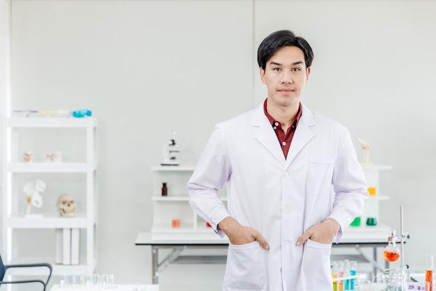 Portret azjatycki młody przystojny lekarz naukowiec w szpitalnym opatrunku na kolanach