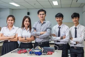 Portret Azjatycki nauczyciel i studenci collegu w laboranckiej sala lekcyjnej