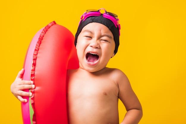 Portret azjatycki słodkie małe dziecko chłopiec nosić okulary i strój kąpielowy trzymać arbuz nadmuchiwany pierścień