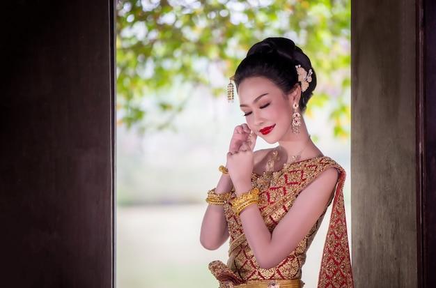 Portret azjatyckie kobiety w tajlandia tradycyjnej kostiumowej pozyci