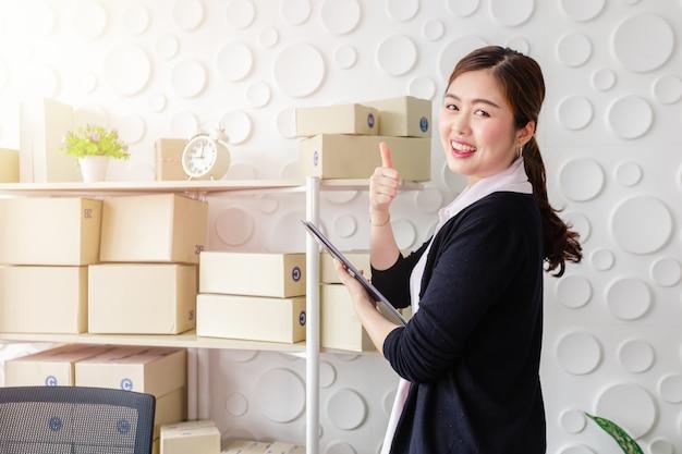 Portret azjatyckie młode kobiety stoi uśmiech w ministerstwie spraw wewnętrznych, zaczyna małego biznesu sme