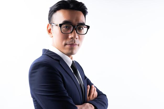 Portret azjatyckiego biznesmena z rękoma skrzyżowanymi z ufnością