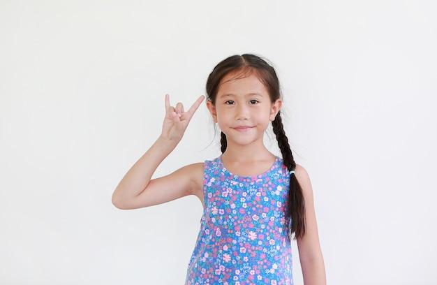 Portret azjatyckiego małego dziecka pokazuje rękę
