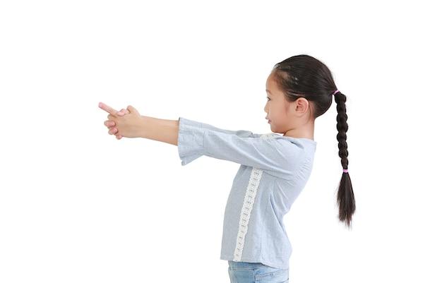 Portret azjatyckiego małego dziecka, wskazując palcem na bok