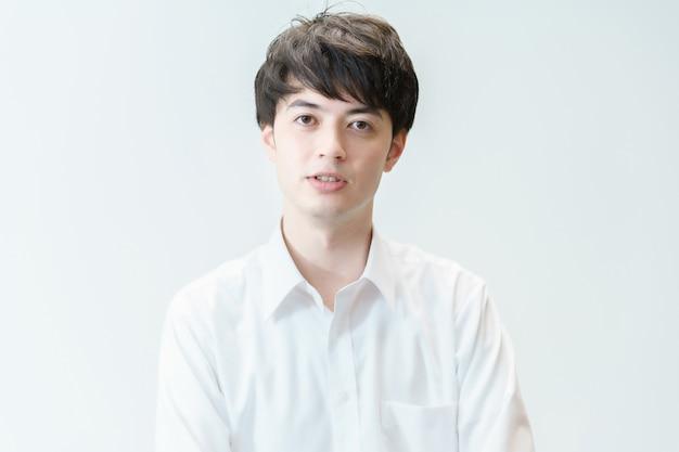 Portret azjatyckiego młodego mężczyzny i białe tło