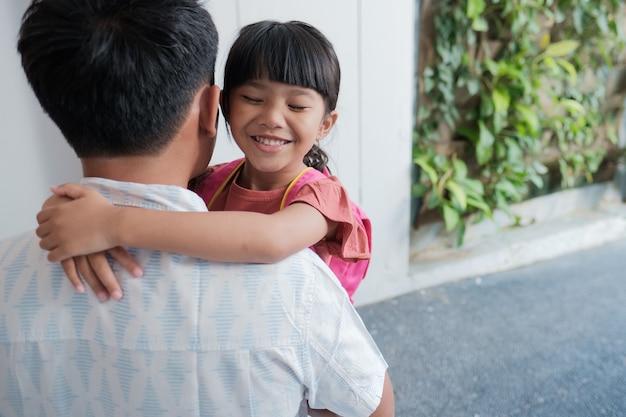 Portret Azjatyckiego Ojca Obejmuje Córkę Przed Pójściem Rano Do Szkoły School Premium Zdjęcia