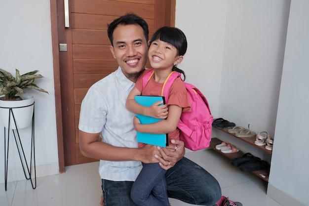 Portret Azjatyckiego Ojca Obejmuje Swoją Córkę Przed Pójściem Do Szkoły Rano Premium Zdjęcia