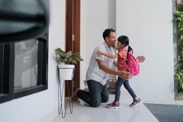 Portret Azjatyckiego Szczęśliwego Ojca Witającego Swoje Dziecko Po Ukończeniu Szkoły Premium Zdjęcia