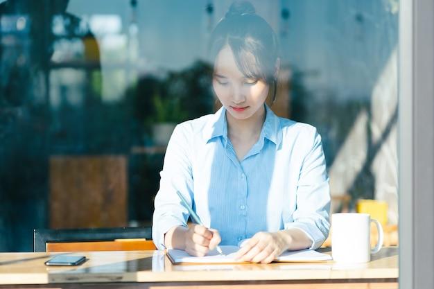Portret azjatyckiej bizneswoman pracującej w kawiarni