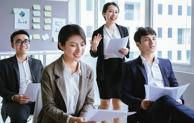 Portret azjatyckiej bizneswoman przedstawiającej swój plan na spotkaniu