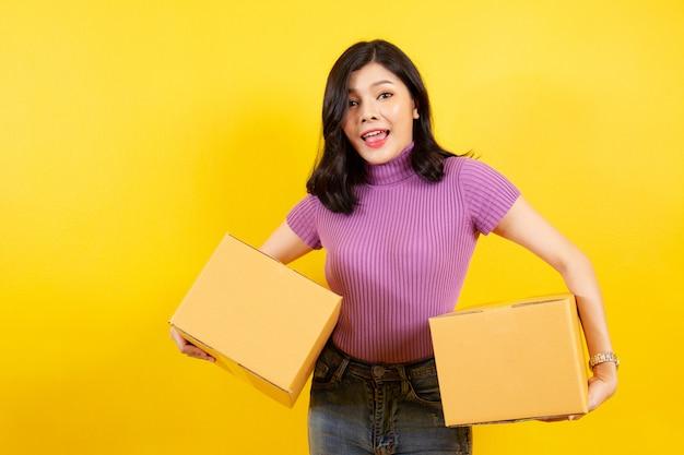 Portret azjatyckiej dziewczyny w e-commerce i koncepcji usług kurierskich.