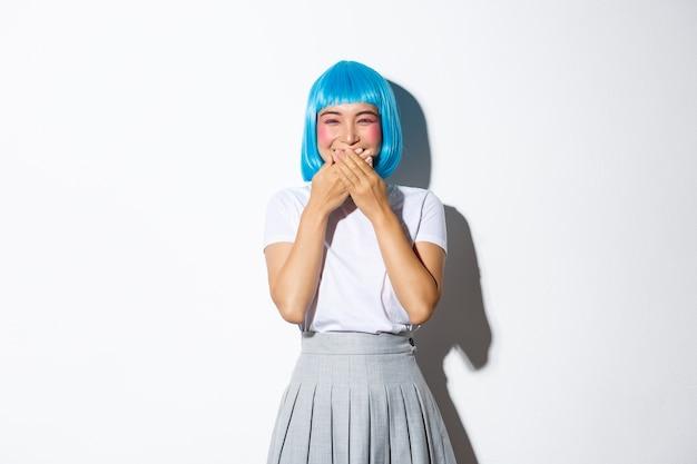 Portret azjatyckiej dziewczyny w niebieskiej krótkiej peruce
