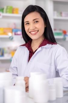 Portret azjatyckiej farmaceuty w aptece tajlandii