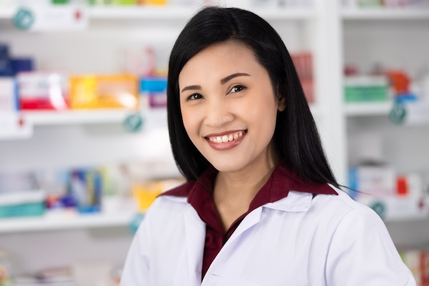Portret azjatyckiej farmaceuty w aptece