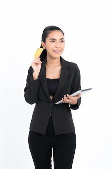 Portret azjatyckiej kobiety biznesu z kartą kredytową i tabletem w ręku na białym tle na białej powierzchni