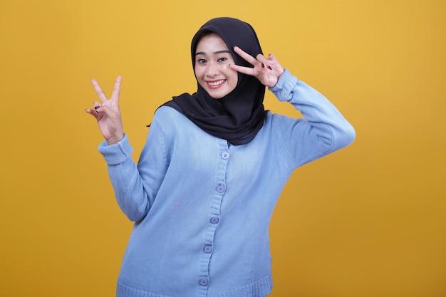 Portret azjatyckiej pięknej kobiety noszącej czarny hidżab, patrzy szczęśliwie wyrażenie ma zabawę