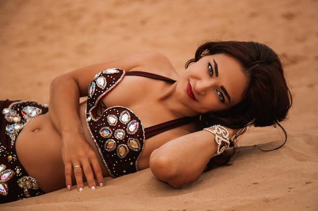 Portret azjatyckiej pięknej seksownej kobiety nosić w stroju arabskim, księżniczka koncepcji pustyni.