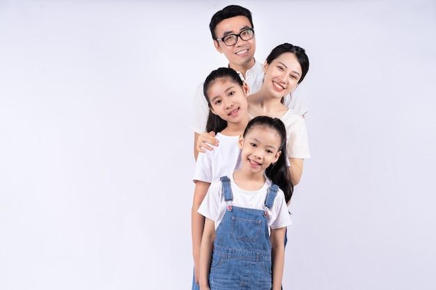 Portret azjatyckiej rodziny na białym tle