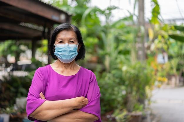 Portret azjatyckiej starszej kobiety noszącej maskę ochronną przed pandemią koronawirusa