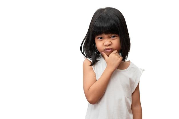 Portret azjatyckiej wściekłej i smutnej dziewczynki na białym tle emocje dziecka