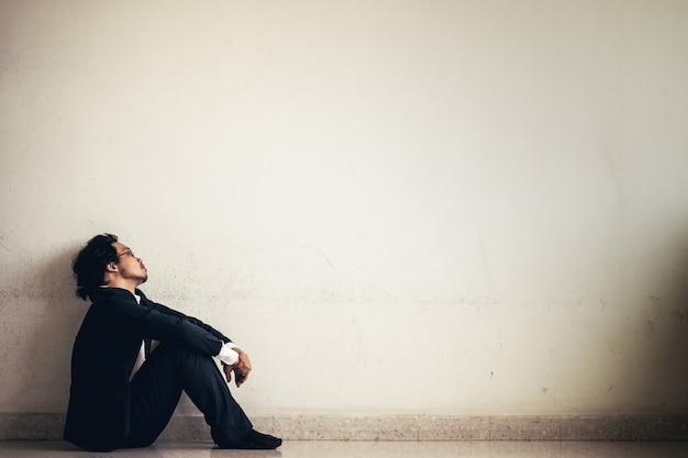 Portret azjatykci biznesmen stresujący się od pracy