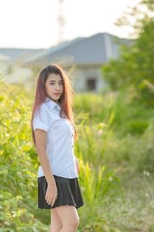Portret azjatykci uczeń w naturze