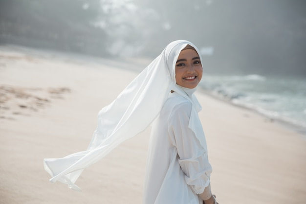 Portret azjatykcia muzułmańska kobieta w bielu