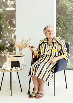 Portret babci w eleganckiej sukni w domu