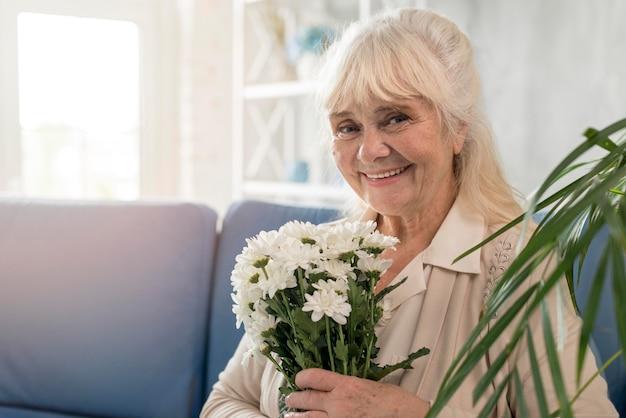 Portret babci z bukietem kwiatów