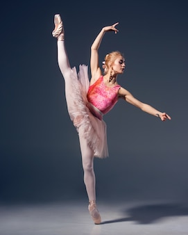 Portret baleriny w pozie balet