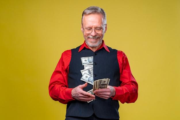 Portret bardzo podekscytowany mężczyzna z garść pieniędzy. szczęśliwy dzień. ludzkie emocje i mimika twarzy