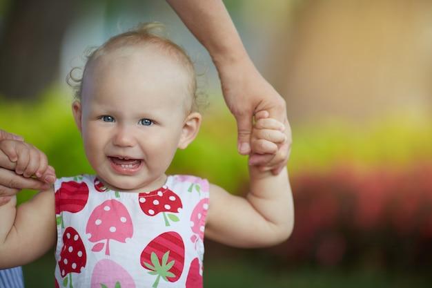 Portret bardzo słodkie małe dziecko.